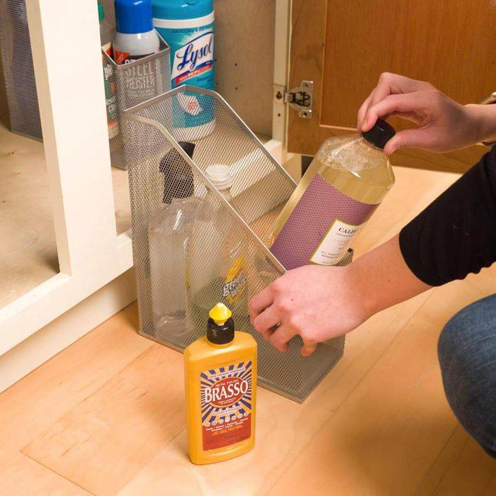 Organiser sa maison : des porte-revues pour désencombrer la cuisine.