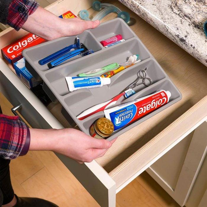 Organiser sa maison : ce qui sert dans les tiroirs de cuisine va aussi dans la salle de bain.