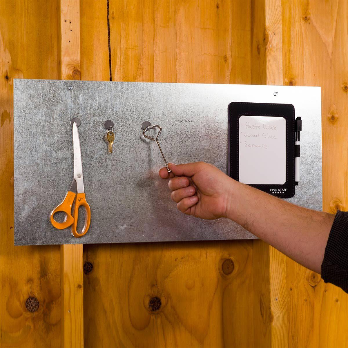 Organiser sa maison : tableau métallique à aimants.