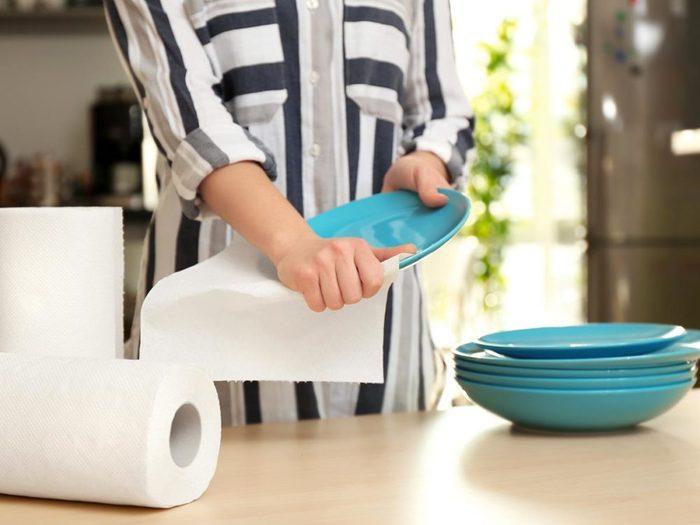 Le papier essuie-tout peut être remplacé par des lingettes de microfibres réutilisables.