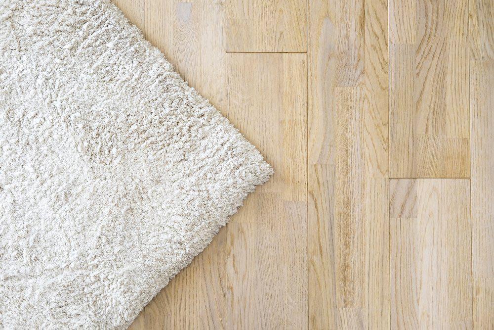 Le papier essuie-tout n'est pas efficace pour nettoyer les tapis et la moquette.