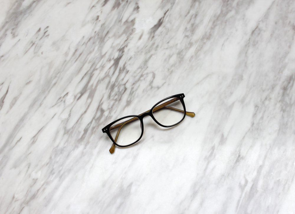 Le papier essuie-tout peut rayer les verres des lunettes.