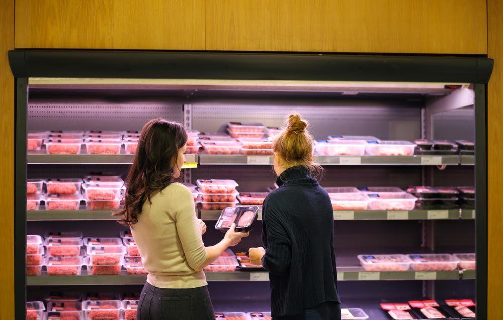 Qualité de viande : prenez l'emballage au bas de la pile au supermarché.