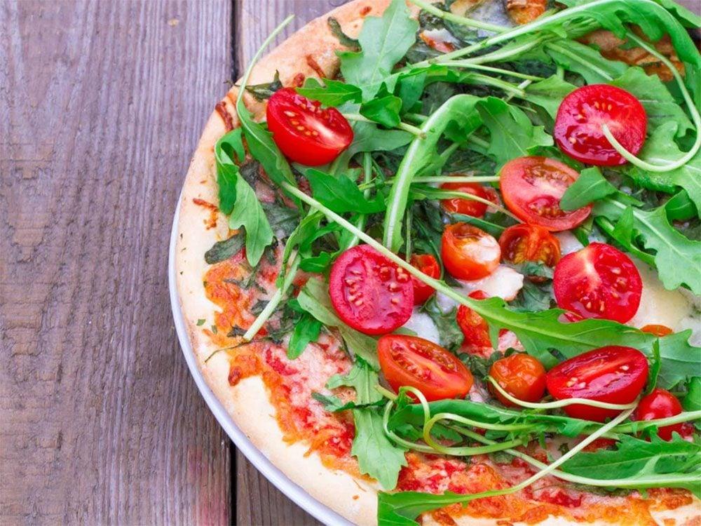 Essayez cette recette de pizza santé avec sa salade.