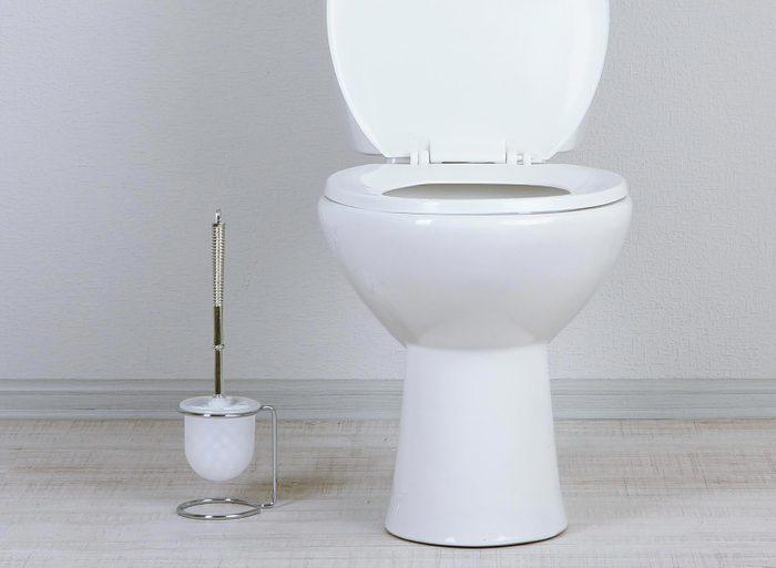 Rénover sa maison : un siège de toilette peut être remplacé si des signes d'usure apparaissent.