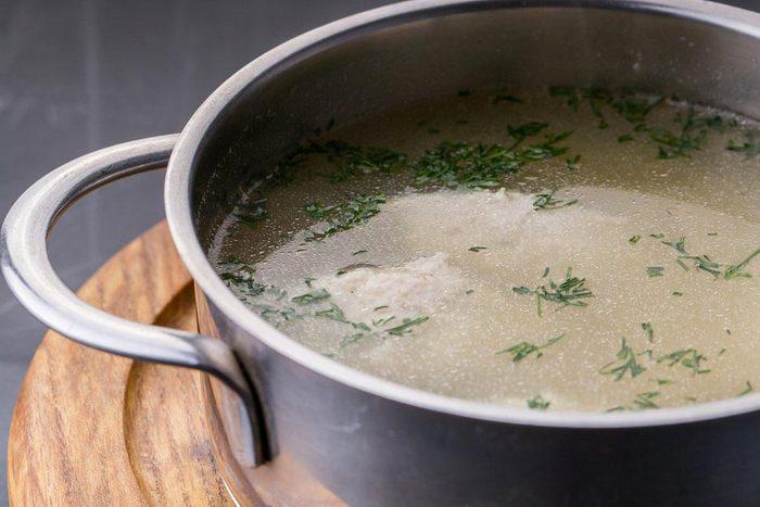 Aliment que l'on croit sans produits laitiers : le bouillon de poulet.
