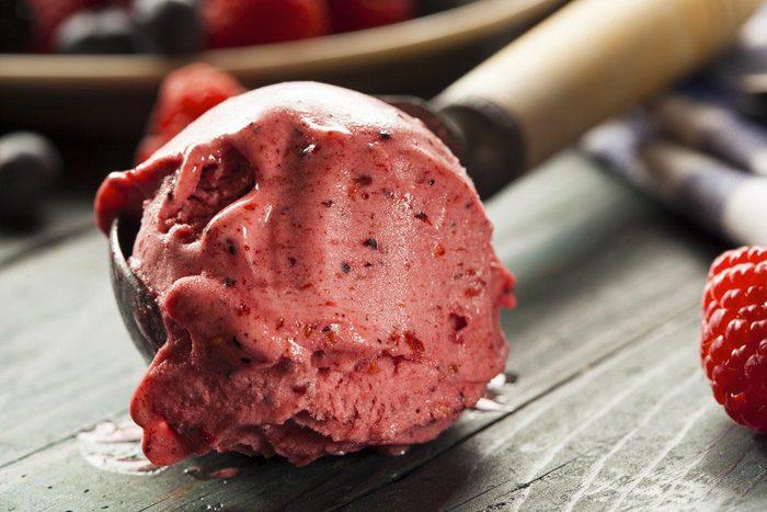 Aliment que l'on croit sans produits laitiers : la crème glacée aux fruits.
