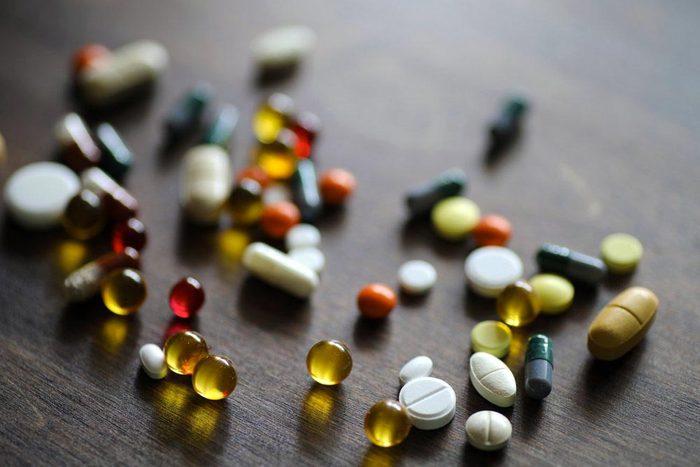 Aliment que l'on croit sans produits laitiers : les médicaments et suppléments.