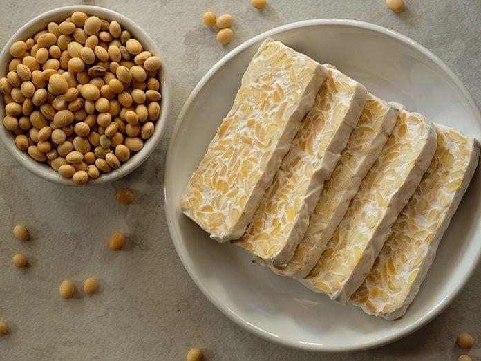 Le tempeh fait partie des meilleures sources de protéines végétales.