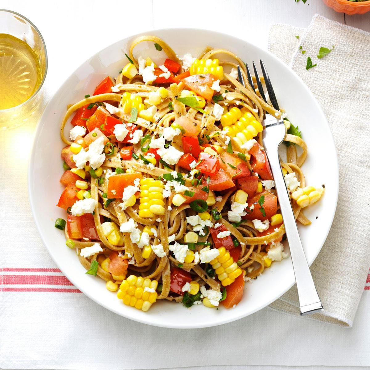 Recette végane : maïs frais et fettucinis aux tomates.