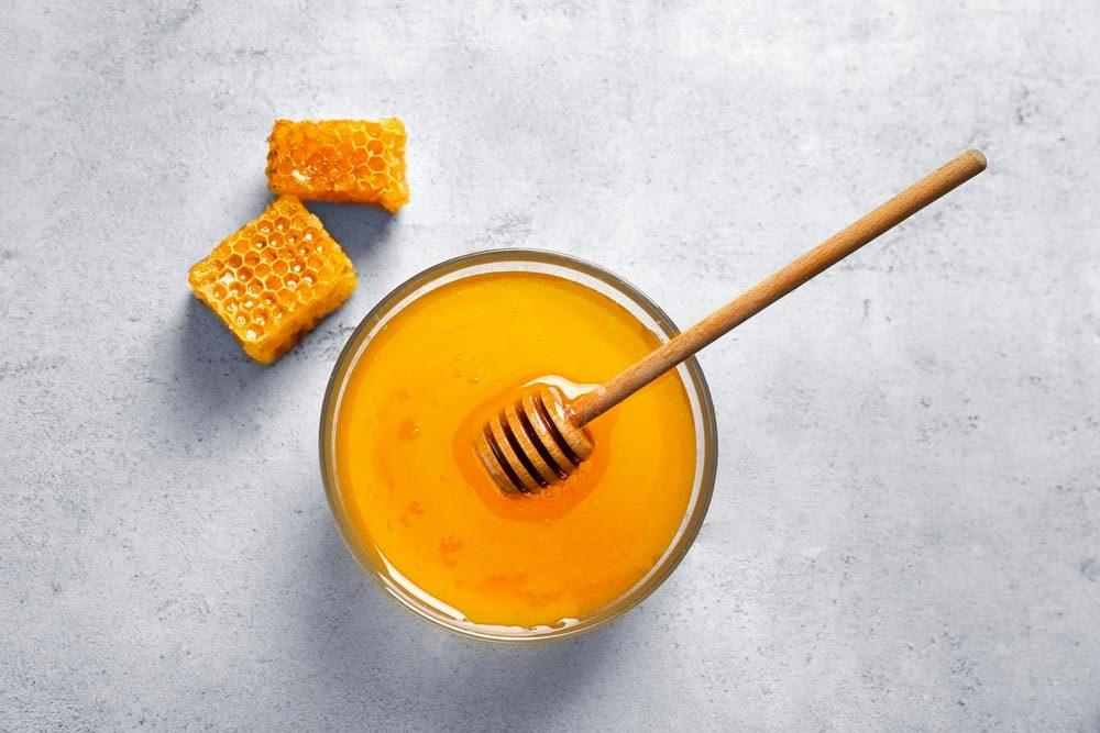 Pour combattre l'acné, appliquez du miel sur votre peau.
