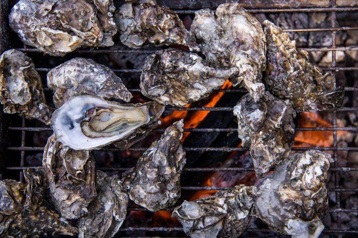 Aliments au barbecue : des huitres.