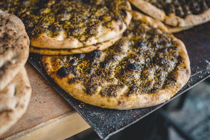 Aliments au barbecue : une pizza blanche.