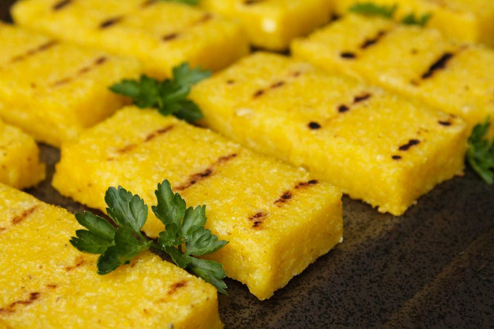 Aliments au barbecue : de la polenta.