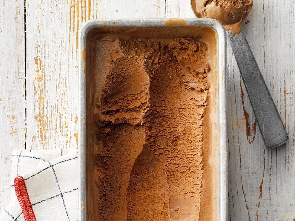 Astuces de cuisine: ramollissez un pot de crème glacée dur comme une brique.