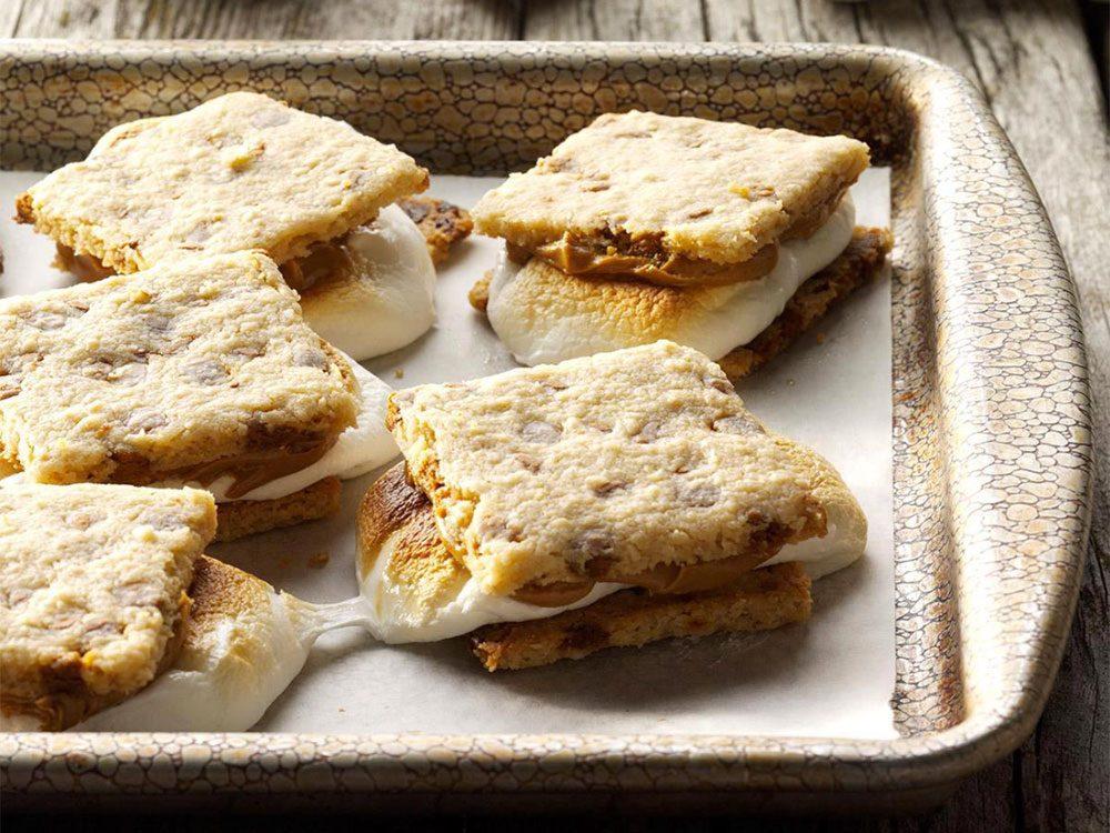 Astuces de cuisine: un comptoir impeccable grâce à une plaque à biscuits.