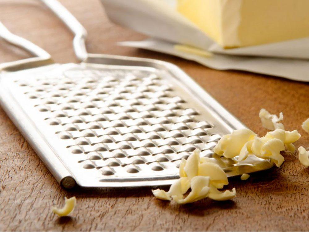 Astuces de cuisine: pour une meilleure pâte à tarte, essayez la râpe à fromage.