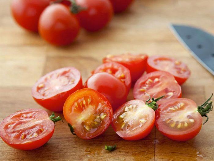 Astuces de cuisine: couper en deux les tomates cerises à toute vitesse.