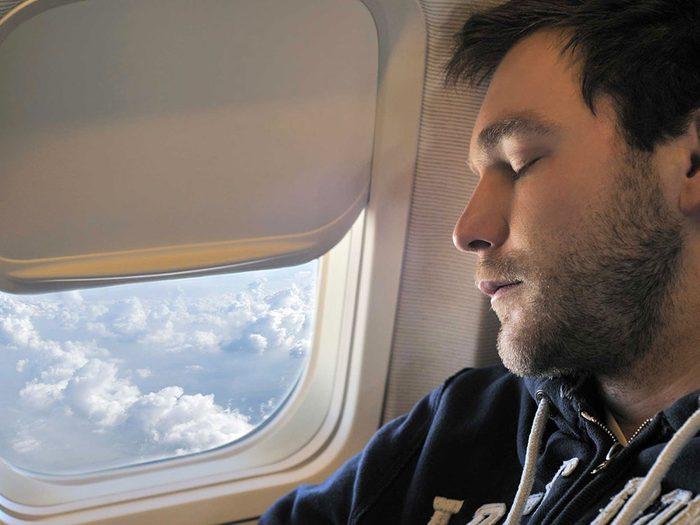 Pendant votre voyage en avion ne vous endormez pas contre la fenêtre.