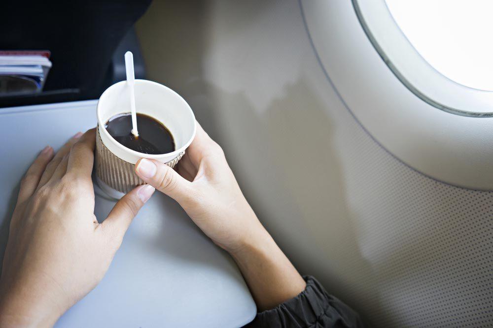 En avion, évitez le thé et le café.