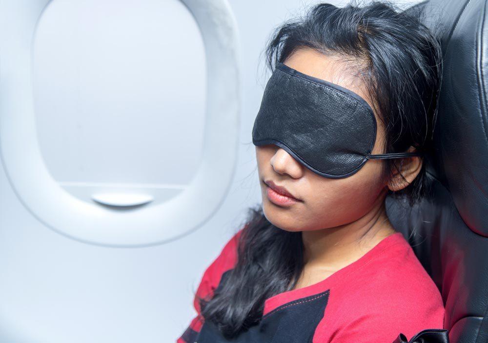 En avion, ne dormez pas contre la fenêtre.