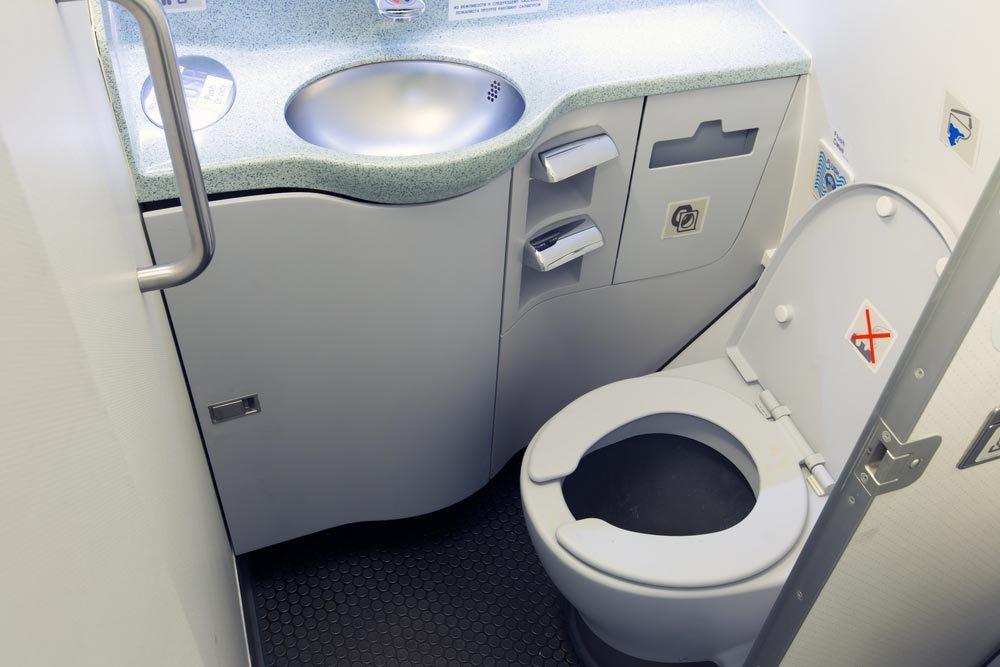 En avion, ne touchez pas au bouton de la chasse d'eau des toilettes.