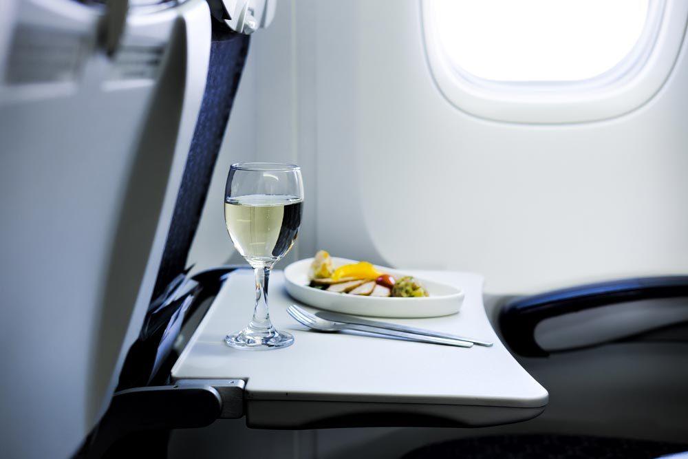 En avion, limitez votre consommation d'alcool.