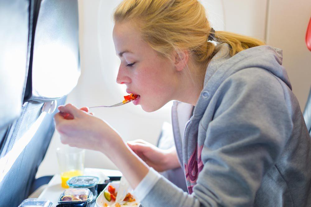 En avion, ne touchez pas à la nourriture tombée sur votre plateau repas.