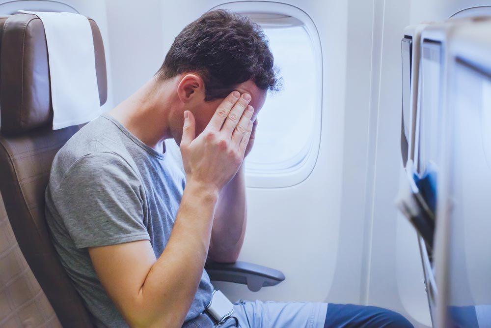 En avion, signalez à l'agent de bord que vous ne vous sentez pas bien.