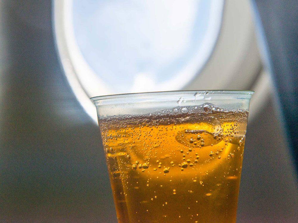 Pendant votre voyage en avion, ne buvez pas de boisson gazeuse.