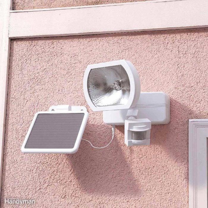 Les cambrioleurs peuvent être effrayés par un éclairage à détecteur de mouvement.
