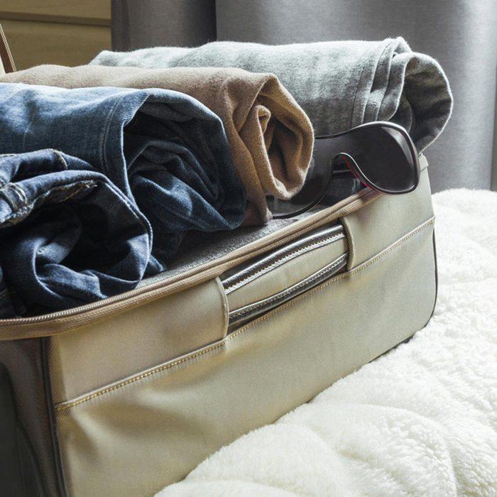 Les cambrioleurs fouillent les valises.
