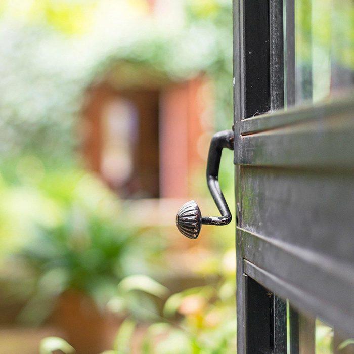 Pour éloigner les cambrioleurs, fermez la porte à clé.