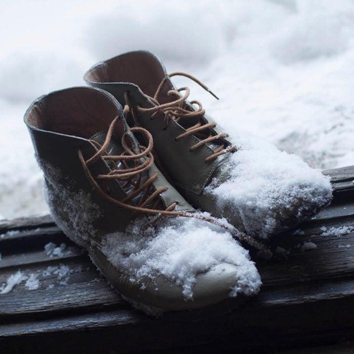 Les cambrioleurs surveillent les traces de pas dans la neige.