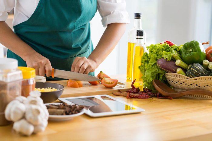 Les cardiologues mangent des fruits et légumes frais en cuisinant.