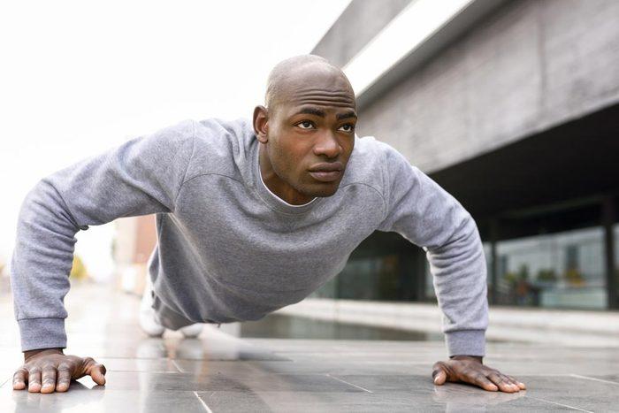 Conseils pour commencer à courir : complétez l'entrainement par des redressements et des pompes.