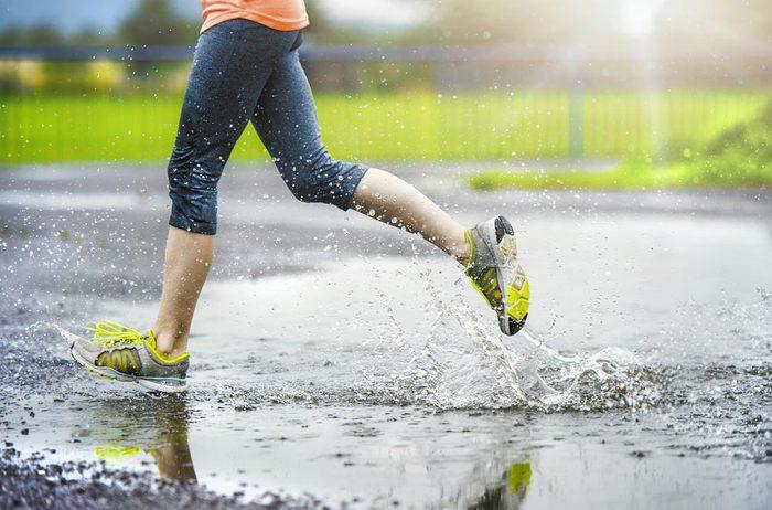 Conseils pour commencer à courir : équipez-vous pour courir même sous la pluie.