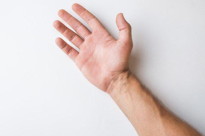 Signe inquiétant du corps : des taches sur les paumes.