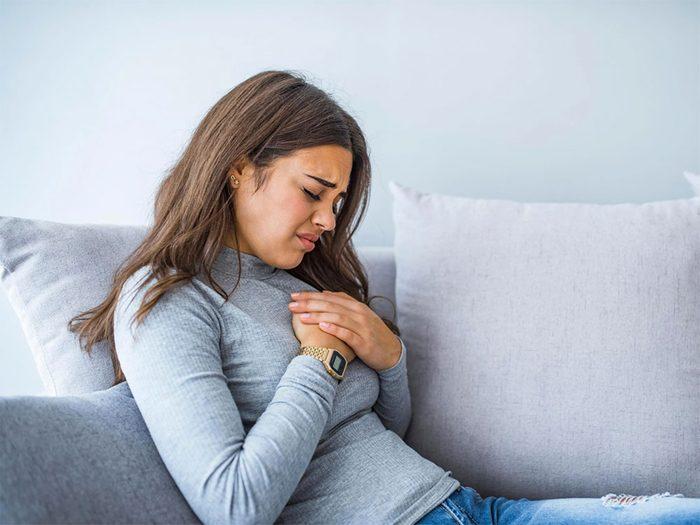 Les douleurs à la poitrine ne se limitent pas aux crises cardiaques.