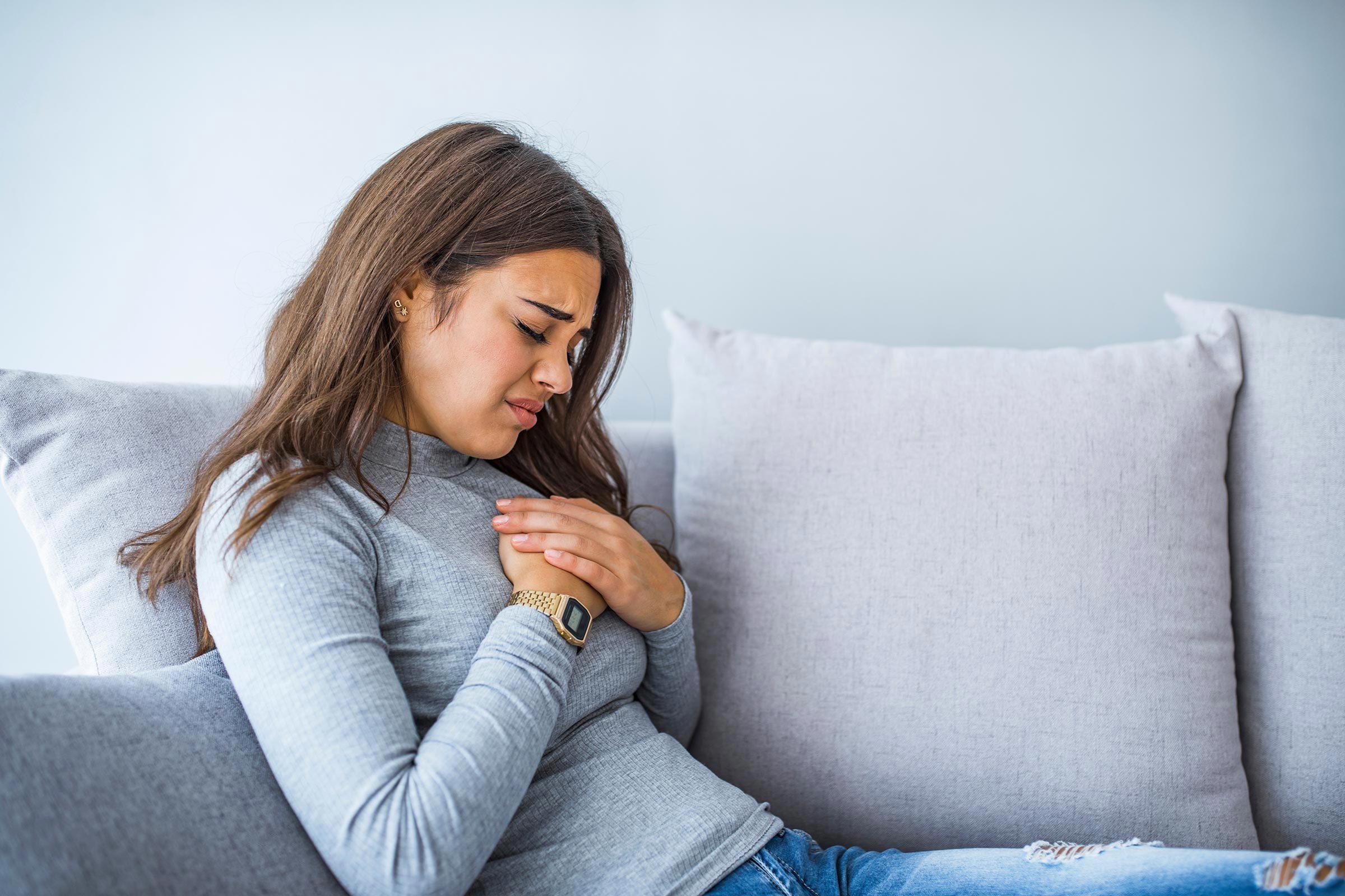 Crise cardiaque : une douleur à la poitrine qui s'étend dans les bras ou la mâchoire doit vous alerter.