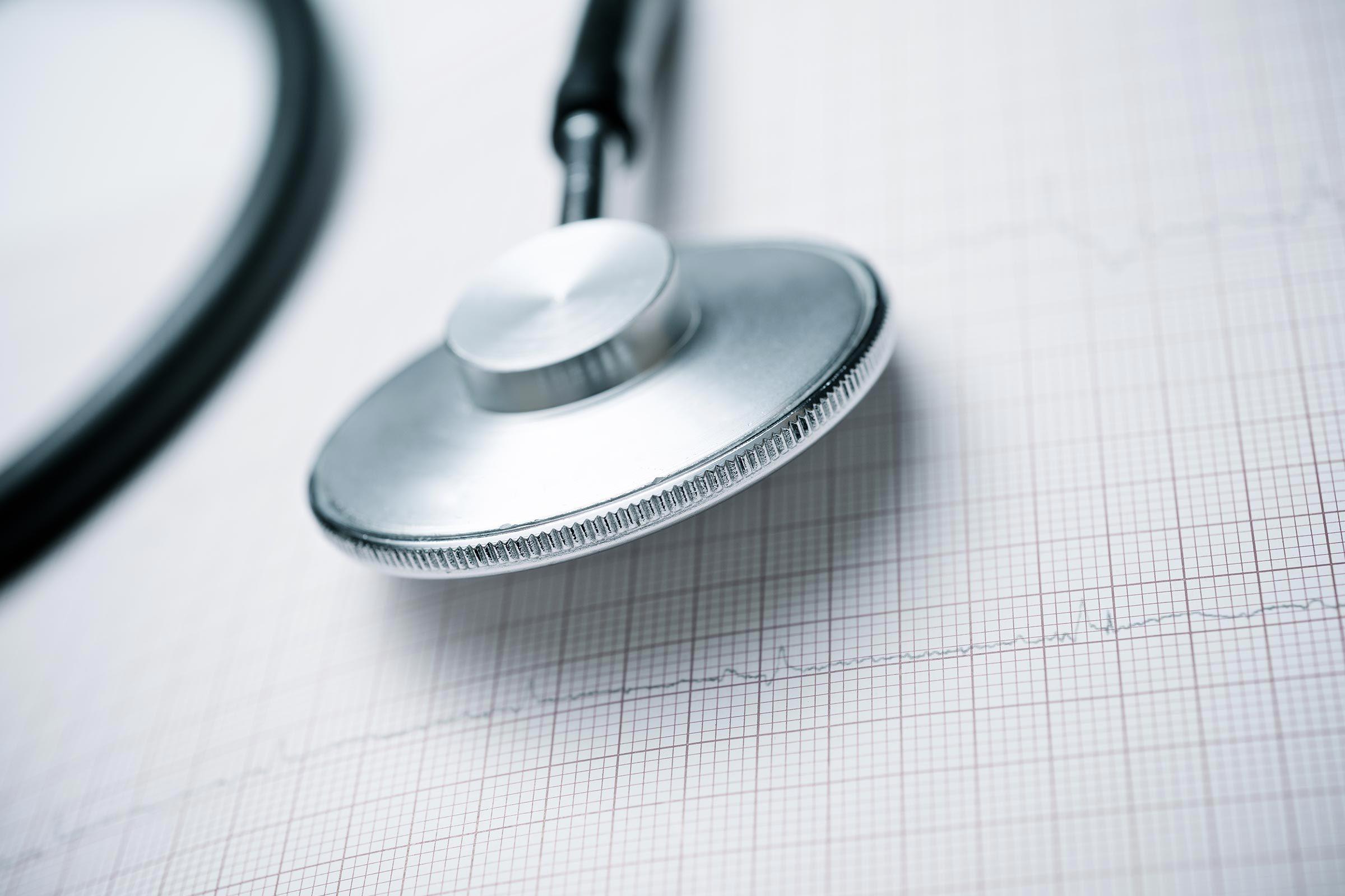 Une crise cardiaque est diagnostiquée à l'aide d'un électrocardiogramme et des analyses sanguines.