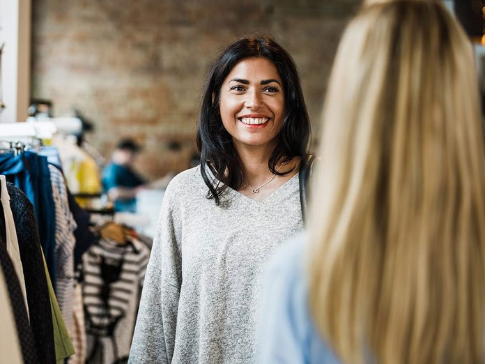Pour capter l'attention et engager la conversation avec un compliment spontané.