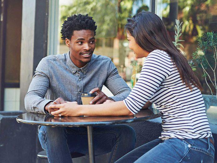 Pour capter l'attention et engager la conversation, ollicitez de l'autre une opinion sincère.
