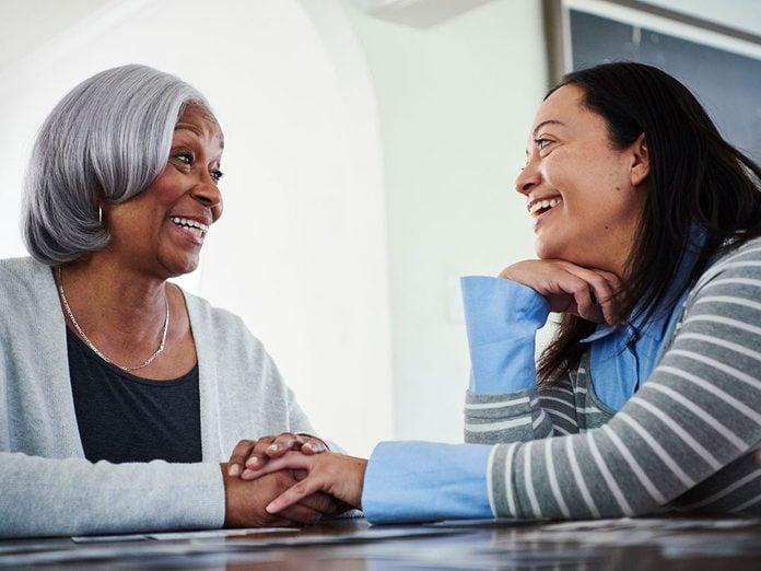 Pour capter l'attention et engager la conversation, demandez de l'aide.
