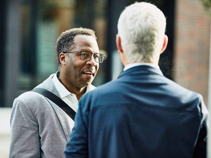Pour capter l'attention et engager la conversation, posez sur une question portant sur un lieu ou intérêt commun.