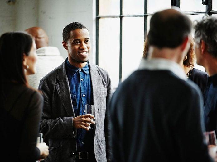 Pour capter l'attention et engager la conversation, joignez-vous à la fête.