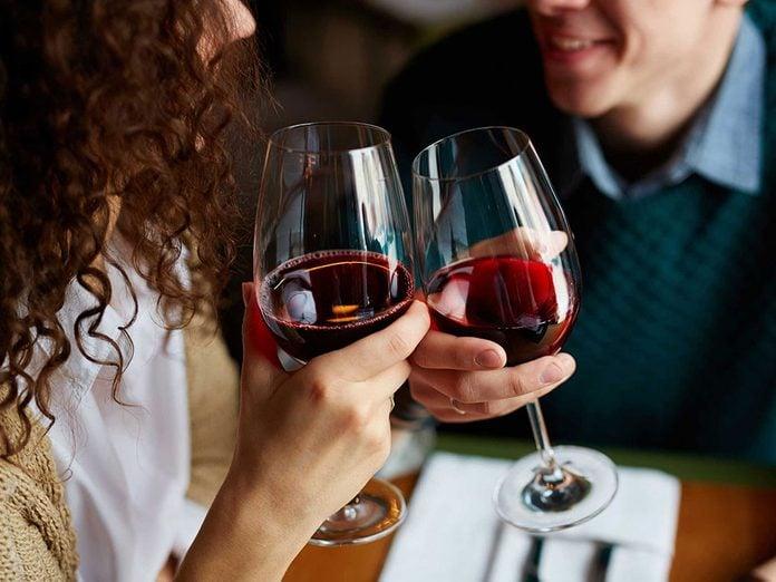 Pour capter l'attention et engager la conversation, buvez simplement un verre à sa santé.