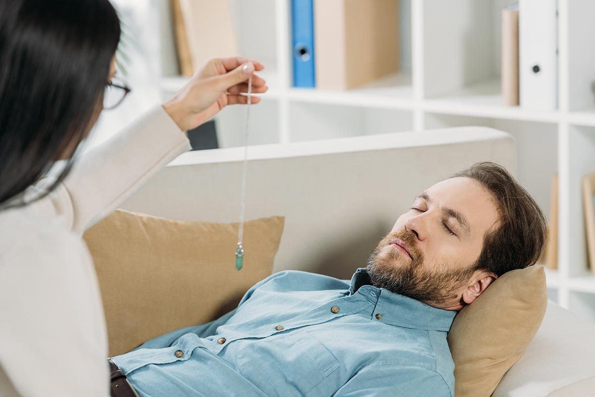 L'hypnose peut être efficace pour traiter les phobies ou la douleur chronique.