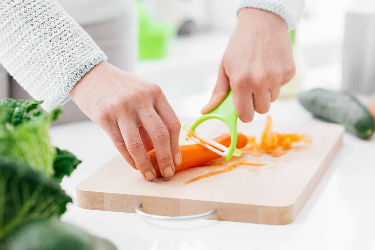 Mauvaises habitudes : éplucher les fruits et les légumes.