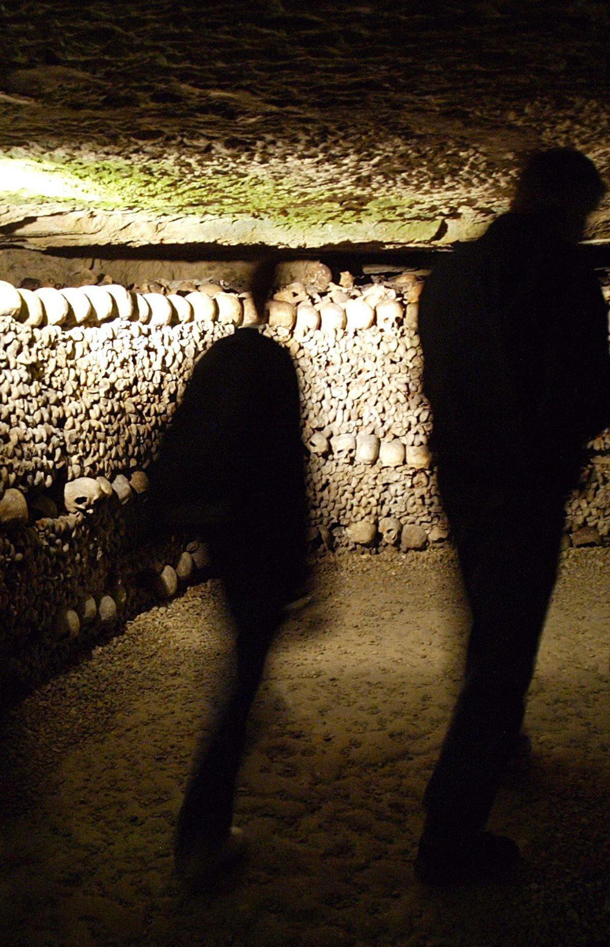 Monument célèbre qui dissimule une pièce secrète : les catacombes de Paris.